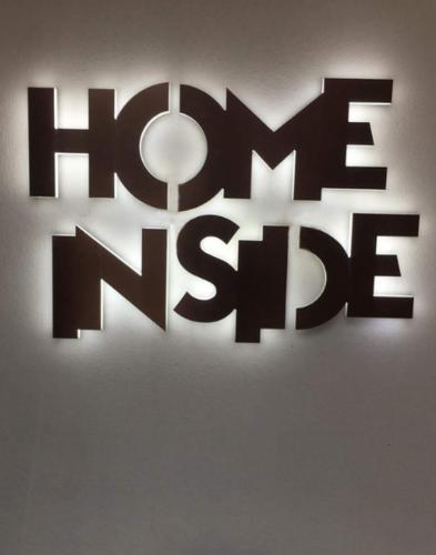 Face en cuivre brossé qui finalise l'enseigne lumineuse Home Inside.