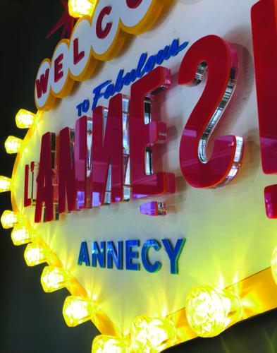 Vue d'ensemble des deux enseignes lumineuses décoratives de l'entrée du bar L'Amnésie à Annecy