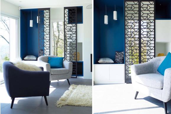 Deux photos du salon avec claustra en bois ouvert et fermé, réalisé à la découpe- aser