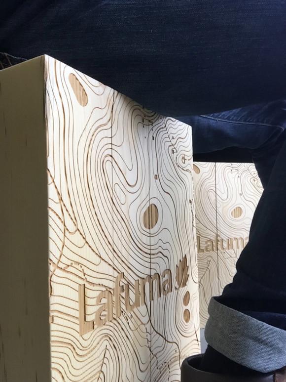 Gravure laser sur tabouret en bois par Ma femme préfère le bleu pour la marque Lafuma